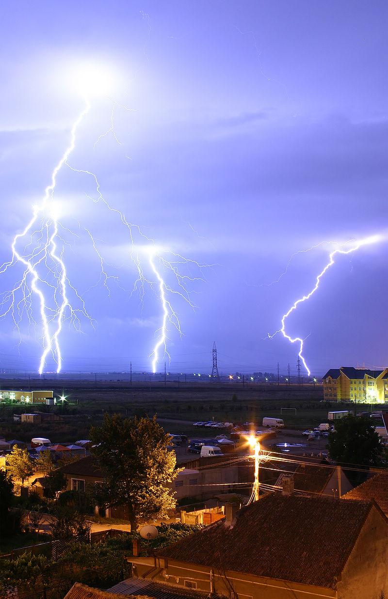 800px-Lightning_over_Oradea_Romania_3.jpg